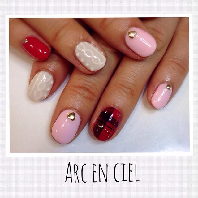 お客様ネイルのご紹介です♡ 冬にぴったりのニットネイルとチェック柄です(^O^) ネイル nail gel ジェルネイル ニットネイル  ニット チェック 白 赤 ピンク