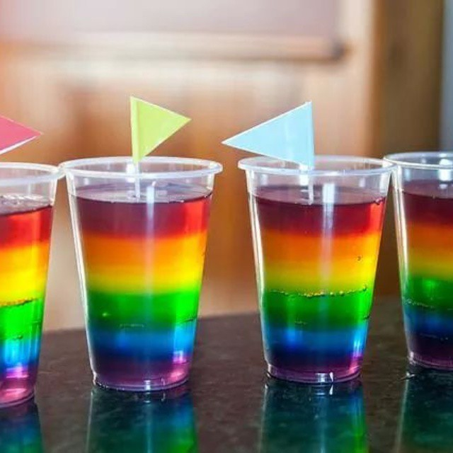 Gelatina arco iris gelatina colores arcoiris ni os - Vasos para cumpleanos infantiles ...