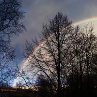 Если любишь радугу, люби и дождь. ©Джон Грин Виноваты звезды. Это первая радуга в этом году, которую я увидела. В связи с тем, что погода в последние дни была серой, и лишь изредка выходило солнце, настроение тоже было немного серым и мрачным. А сегодня еще и дождь пошел. Но тут же через пять минут на дома, находящиеся под темными оболаками, посвятили лучи солнца. А вслед за этим появилась и радуга. Сразу так поднялось настроение, стало тепло на душе. Это такое прекрасное природное явление. Красота. 😍🌈❤ #vscocam #rainbow #happy #StPetersburg #vsco #photo #colorful