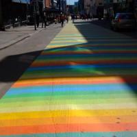 Ensimmäinen matto valmis, toista maalataan kaukana horisontissa. #katutaide #katu #taide #streetart #street #art #jyväskylä #finland #väinönkatu #matto #raidat #värikäs #sateenkaari #maali #carpet #stripes #colourful #rainbow #paint #pihakatu