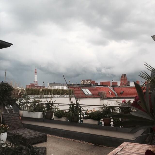 Über den Dächern von Berlin 🍴🍷 #Berlin #nollendorfplatz #freunde #abendessen #dinner #dachgeschoss #interior #einrichtung #spass #letzterregen #sommer #wolken #regenbogen