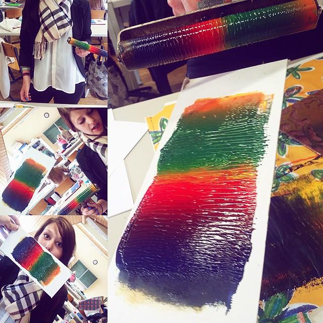 Wir malen ums die Welt wie wie wie sie und gefällt 😊🎨 #rap #kunst #bunt #farbe #regenbogen #linoldruck #hauptsacheweißebluse 🌈🍒🍉🍏🍇🍍🍌