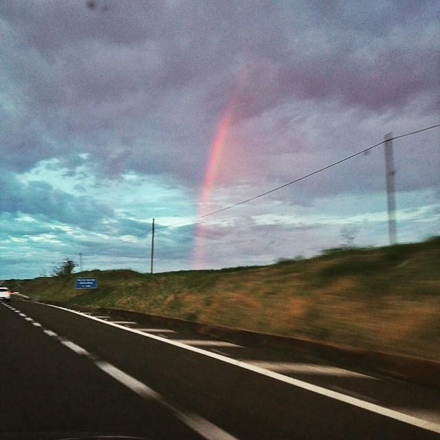 Quem deseja ver o arco íris, precisa aprender a gostar de chuva. Paulo Coelho. #arcoiris #céu #estrada #sky #colorido #tesouronofinal #tesouro #photo #photography #foto #fotografia #fotodocéu #photosky #fotodecelular #dedentrodocarro #chegalogoferias #tachegando #pénaestrada #interior