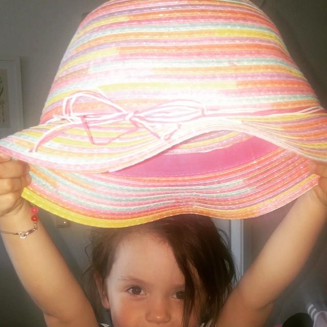 Der Hut steht ihr gut #gutbehütet#sommer#sonne#kinderhut#kindermode#strohhut#regenbogen#happydaughter#lieblingskind#sonnenschein