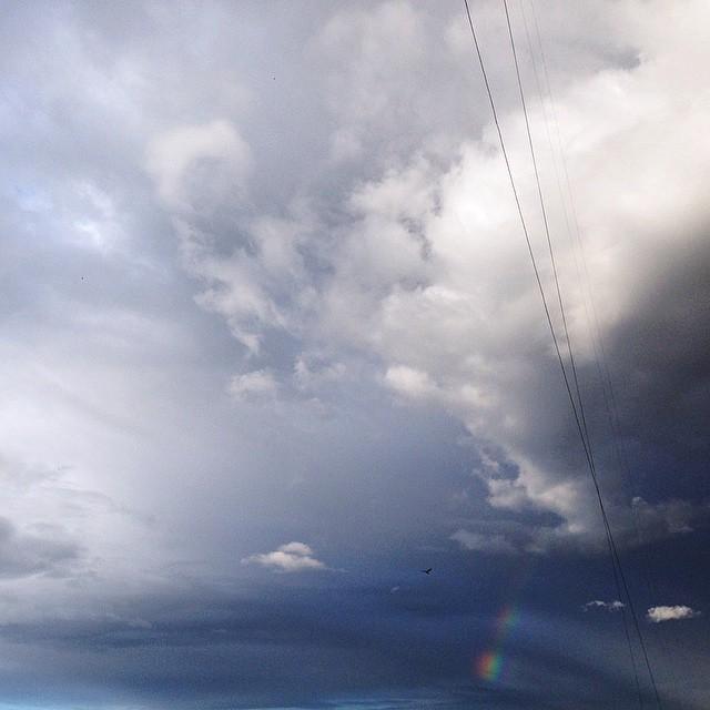 Люблю облака♡ Иногда я представляю,как лежу на белом пышном облаке,сложив руки под голову,посматриваю вниз на людей и думаю,сколько в жизни мелочей,на которые не стоит обращать внимание.хотя иногда эмоции не позволяют:)это я у слову) Фотография не новая,ее не показывала,разбираю фотки с айфона на компе)) #sky#clouds#rainbow#moscow#облака#радуга#москва